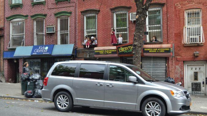 barrio de WILLIAMSBURG, NEW YORK. NIÑOS JUGANDO ENTRE REJAS DE CASAS. Preparemos una visita al barrio de Brooklyn llamado Williamsburg. Un autentico barrio del mundo, con sus gentes y su religión.