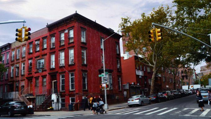 barrio de WILLIAMSBURG, NEW YORK. EDIFICIOS BARRIO DE WILLIAMSBURG. Preparemos una visita al barrio de Brooklyn llamado Williamsburg. Un autentico barrio del mundo, con sus gentes y su religión.