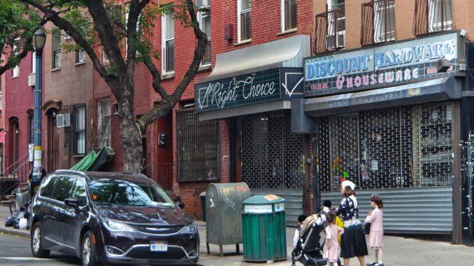 barrio de WILLIAMSBURG, NEW YORK. FAMILIA DANDO UN PASEO. Preparemos una visita al barrio de Brooklyn llamado Williamsburg. Un autentico barrio del mundo, con sus gentes y su religión.Preparemos una visita al barrio de Brooklyn llamado Williamsburg. Un autentico barrio del mundo, con sus gentes y su religión.